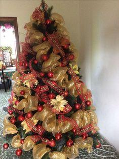 Ideas de como decorar el árbol de navidad elegante Ribbon On Christmas Tree, Christmas Decorations For The Home, Christmas Mantels, Holiday Tree, Rustic Christmas, Xmas Tree, Christmas Time, Christmas Wreaths, Christmas Crafts
