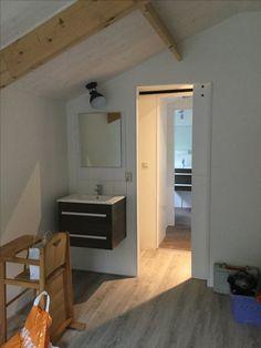 Stalen 2 persoonsbed met 2 eenpersoonsbedden Slaapkamer met wastafel ...