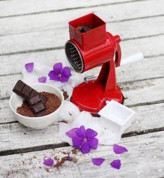 Ralla chocolate para tus preparaciones dulces!! Le dará el toque especial! Cocina Natural, Garlic Press, Chocolate, Fruits And Vegetables, Sweet Treats, Grater, Texture, Schokolade, Chocolates
