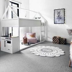 """E a famosa """"cama casinha"""" também pode ser suspensa e cheia de charme.  Via pinterest  #uebaa #uebaadesign #uebaainspira #kidsroom #kidsdesign #kidsdecor #quartodecrianca #quartoinfantil #decoracaoinfantil #designinfantil"""