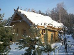 This is a straw bale home built by natural building architect Paulina. The cosy cottage is near Warsaw in Poland. Off Grid House, Organic Structure, Living Roofs, Concept Home, Natural Homes, Unusual Homes, Natural Building, Eco Friendly House, Little Houses