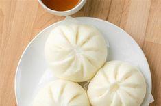 Ou brioche chinoise à la vapeur. Ce sont de délicieuses brioches vietnamiennes à la vapeur farcies au porc et aux champignons parfumés, proposée par L...