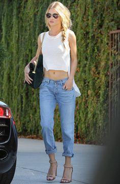 Green Bag Alexander Wang Crop Top Beige Sandals Boyfriend Jeans Outfit by Rosie Huntington Whiteley - Paparazzi Look Street Style Fashion - Jeans Estilo Boyfriend, Boyfriend Jeans Outfit, Boyfriend Style, Girlfriend Jeans, Moda Fashion, Denim Fashion, Womens Fashion, Fashion Trends, Runway Fashion