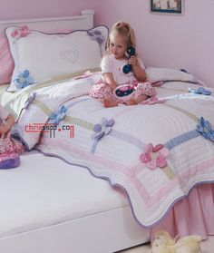 Learn how to make cute blankets with the patchwork technique ~ lodijoellaThis post was discovered by Vi Quilt Baby, Baby Girl Quilts, Girls Quilts, Foto Quilts, Floral Bedspread, Puff Quilt, Cute Blankets, Patchwork Baby, Quilted Bedspreads