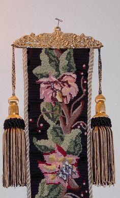 """Bell pull - это лента (шнур), которая была прикреплена к """"комнатному колокольчику""""и являлась первой частью сложной системы вызова домашних..."""