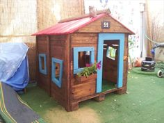 recycled pallet playhouse. Tutorial included