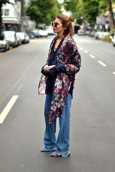 this is boho girl and I bet she feels very comfortable not only with her clothes, but also with herself Fashion Mode, Look Fashion, Womens Fashion, Fashion Trends, Gypsy Fashion, Milan Fashion, Hippie Style, Bohemian Style, Boho Chic