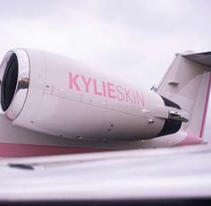 The youngest billionaire of the world Kylie Jenner is nowadays spending quality time with her baby and girlfriends. Kylie Jenner who owns cosmetic company popularly known as kylie cosmetics is known for her wealth and style statement. Private Plane, Private Jet, Coconut Body Scrubs, Jenner House, Look Kylie Jenner, Kylie Cosmetic, Manicure Y Pedicure, Cosmetic Companies, And So The Adventure Begins