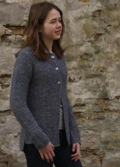 Простой кардиган спицами для девочки или девушки, выполненный из шерстяной пряжи. Кардиган имеет рукав погон и вяжется от горловины. В...