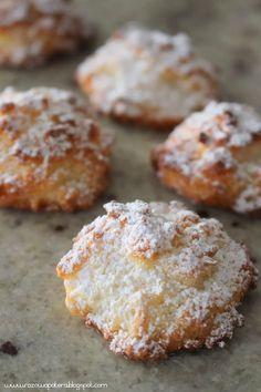 To jedne z tych ciastek, które znikają u nas w domu w mgnieniu oka. Bardzo lubimy kokosanki, a mi ich smak przypomina mi dzieciństwo:).... Sweet Desserts, Holiday Desserts, Sweet Recipes, Delicious Desserts, Yummy Food, Baking Recipes, Cookie Recipes, Dessert Recipes, Morrocan Food