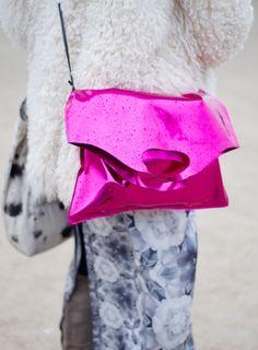 Objet Fashion Non Identifié  Un sac en plastique, deux cordes et le tour est joué. Finalement on a tous un styliste dans l'âme.  Crédits : Sarah Aubel pour Be