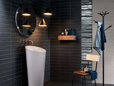 Rivestimento bagno moderno con piastrelle di colore nero vasca
