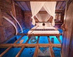 Voor het mooiste 'waterbed' ter wereld reizen we af naar Bali, naar de villa Udang House op het luxueuze resort Bambu Indah. De glazen vloer van de slaapkamer ligt boven een garnalenvijver, en daarom kun je de vissen en beestjes zo onder je bed door zien zwemmen.