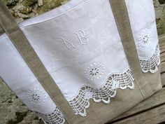 UN TRUC EN PLUS                                                                                                                                                      Plus Handmade Purses, Couture Sewing, Linen Bag, Linens And Lace, Lace Doilies, Purse Patterns, White Embroidery, Quilted Bag, Vintage Textiles