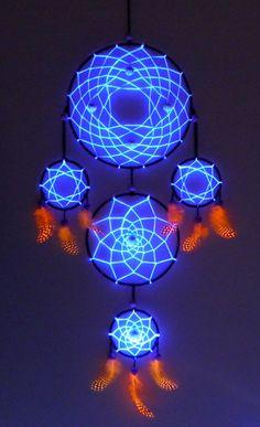 Attrape rêve UV blanc fait main avec plume et perle UV.  Attrape rêve à 5 anneaux de 60 cm sur 20 cm qui réagit à la lumière noir comme sur les
