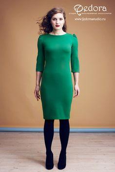 Базовое платье-футляр Алва приятного зелёного цвета! Рукав 3/4, выточки сзади обеспечивают идеальную посадку платья по фигуре. Состав: трикотаж-вискоза. Размер 42-48. Цена 4900 руб.