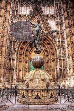 SPAIN / Architecture and monuments / Cathedrals, Churches... Catedral gótica de Santa María de la Sede, Sevilla. La construcción se inició en 1401 en el solar que quedó tras la demolición de la antigua mezquita de Sevilla de la cual se conservan el alminar (la Giralda) y el Patio de los Naranjos. La Unesco la declaró en 1987, Patrimonio de la Humanidad y, el 25 de julio de 2010, Bien de Valor Universal Excepcional.
