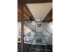 La passerella trasparente collega le scale al piano superiore