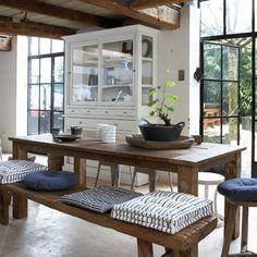 Een grote vitrinekast in de keuken biedt extra veel opbergmogelijkheden. Natuurlijk wordt het mooiste servies achter de grote glazen deuren tentoon gesteld.