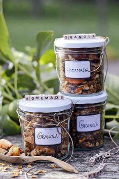 Cadeau-idee: vul een paar jampotjes met de rijke granola en geef het aan de gastvrouw. Of hou 't lekker voor uzelf. Homemade granola voor circa 3 potten Ingrediënten: - 200 gram havervlokken – walnoten – hazelnoten – kokosvlokken – chiazaad – lijnzaad – zonnebloempitten – pompoenpitten – eigen gedroogd fruit – 2 eetlepels zonnebloemolie – … (Lees verder…)