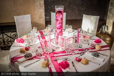 Photo des tables et en déco des orchidées plongées dans des vases remplis d'eau qui font office de centre de table