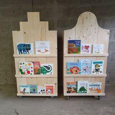 Hoe leuk zijn deze kinderkasten!? Deze 2 beauties komen in een basisschool te staan. Met de wieltjes aan de onderkant, kan je ze eenvoudig verplaatsen. Ideaal om bijvoorbeeld een deel van de ruimte af te schermen. Binnen in de kasten is veel ruimte voor spullen en ook op de voorzijde kan je de kinderboekjes kwijt. Wij maken deze kinderkasten graag voor u op maat. Een andere afmeting is dus altijd mogelijk. Toy Chest, Storage Chest, Toys, Furniture, Home Decor, Activity Toys, Decoration Home, Room Decor, Clearance Toys