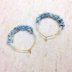 *数種類のアヴリル糸を編み込んで6ミリのコットンパールで仕上げました。*カジュアルにもエレガントにもお使いいただけます。*サイズ:3.5 × 3センチ*素材:ゴールドメッキ
