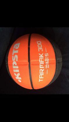 Ballon de basket, marque kipsta, couleur noire et orange.