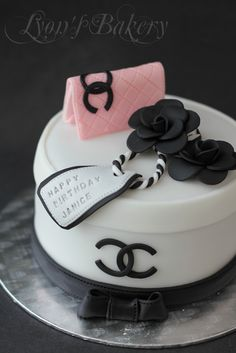 Best birthday cake for women elegant chanel ideas Birthday Cake For Women Elegant, Birthday Cakes For Women, Cool Birthday Cakes, Happy Birthday, Coco Chanel Cake, Bolo Chanel, Make Up Cake, Love Cake, Fondant Cakes