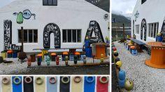 Mobilier de jardin en objets de récupération sur le thème de la mer (table, chaises, fauteuil, Jacouzzi,...). Photos prises à Seydisfjördur, islande