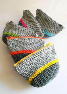 tutorial:  http://www.pureloisirs.com/rubrique/tricot-crochet_r5/le-porte-monnaie-en-crochet_a179/1
