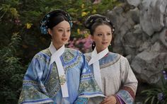 Traditional manchu clothes, qizhuang旗装 in Chinese drama 甄嬛传/Zhen Huan Zhuan/Legend of Zhen Huan(except for that furry cloak which is doupeng). Qizhuang is the original form for qipao. Empresses In The Palace, Oriental Fashion, Oriental Style, Chinese Clothing, Qing Dynasty, Folk Costume, China Fashion, Hanfu, Chinese Style