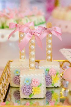 lemon mug cake Krispie Treats, Rice Krispies, Easter Cake Pops, Brownie Pops, Lemon Mug Cake, Butterfly Party, Marshmallow Pops, Party Decoration, Candy Apples