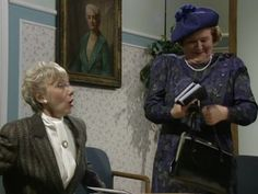 Geraldine Newman and Patricia Routledge in Keeping Up Appearances British Sitcoms, British Comedy, English Comedy, Keeping Up Appearances, British Humor, Funny Comedy, Rich People, Working Class, Classic Tv