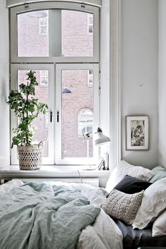 Who knew that my dream living space could be limited to 525 square feet? Ok, maybe if I were the only person living in it. Regardless, this tiny 1904 apartment in Gothenburg, Sweden is a beauty! I love that despite it's small confines, the owner kept the original Nordic fireplace and added sizable