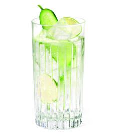 MUNICH MULE: 5 cl THE DUKE Gin, 2 cl Limettensaft, 10 cl Ginger Beer, Glas: Longdrinkglas, Garnitur: Gurke & Limette, Alle Zutaten auf Eis in ein Longdrinkglas geben und mit einer Gurken- und Limettenscheibe garnieren.