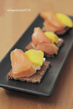 Smoked Salmon, Cream Cheese and Mango Finger Food - Canapè con robiola, salmone. Party Finger Foods, Finger Food Appetizers, Yummy Appetizers, Smoked Salmon Cream Cheese, My Favorite Food, Favorite Recipes, Carpaccio, Best Italian Recipes, Culinary Arts