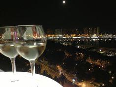 Spectaculair uitzicht over de stad vanaf het dakterras van AC Hotel Malaga Palacio (Mariott). Bestel een drankje en kijk vanaf een heel ander punt naar de stad.  Cortina del Muelle, 1 · Malaga, Malaga 29015