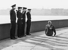 Anatoly Golimbievsky, a heavily decorated veteran who lost both legs in the Second World War, acknowledges the salute of four young sailors. Make You Cry, Make Me Smile, Soldado Universal, Powerful Pictures, Amazing Pictures, Pose, Faith In Humanity Restored, Real Hero, Jolie Photo