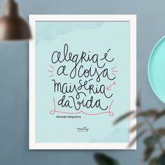 """Esse poster segue impresso com a frase de Almada Negreiros caligrafada """"Alegria é a coisa mais séria da vida"""""""