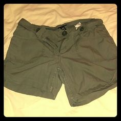Olive H&M cargo shorts Olive colored cargo shorts with buttons and pockets H&M Shorts Cargos