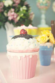 Festa infantil tema Confeitaria | Macetes de Mãe Cupcake Party, Kitchen Decor, Birthday, Desserts, Bolo Fake, Food, Backdrops, Cafeteria Decor, Sweet Like Candy