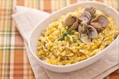Il risotto alle carote, zenzero e vongole è un delizioso primo piatto dal gusto incredibilmente delicato e dalla presentazione molto raffinata.