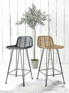 You'll be sitting pretty on this handsome high stool, whose natural rattan seat and retro design will blend beautifully into any kitchen.