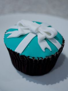 Tiffany blue cupcakes with pearls Tiffany Blue Cupcakes, Bow Cupcakes, Yummy Cupcakes, Cupcake Cookies, Yummy Treats, Sweet Treats, Cupcake Boutique, Tiffany Party, Mini Cakes