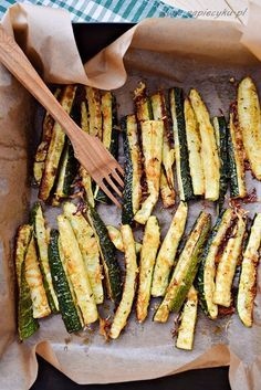 Zucchini fries are a light and healthy snack. They are very tasty and certainly . - Zucchini fries are a light and healthy snack. They are very tasty and will addict you. 1000 Calorie Diets, Healthy Snacks, Healthy Recipes, Creative Food, Vegetable Recipes, Finger Foods, Food Porn, Good Food, Food And Drink