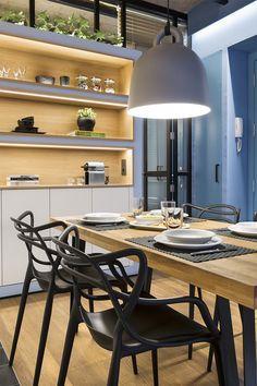 Czarne krzesła i drewniany stół w jadalni