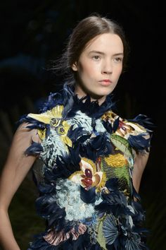Erdem Spring/Summer 2015 I really like the texture of this and I could see this being the front cover of a bag. Floral Fashion, Fashion Prints, High Fashion, Fashion Show, Couture Details, Fashion Details, Fashion Design, Diane Von Furstenberg, Lesage