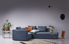 Store | Juul - Modern design och Dansk kvalitet Juul808 är en soffa där du kan koppla av och umgås i.  Juul808 är en modulsoffa vilket betyder att du kan skapa den hur du vill. Kanske vill du ha en soffa med en divan eller med fotpall? i tyg eller läderklädsel som även är avtagbar. Klädseln är fäst med kardborrband och har domestic tyg undertill. Soffan har skum och polydun stoppning, sittplymå med polyeterkärna i sandwich samt duntäckpåse runt om som är tung. Ryggkudden på soffan är i…