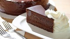 Jen málokterý moučník je tak vyhlášený po celém světě jako právě vídeňský Sachrův dort. Už proto, že jeho přesná receptura je přísně tajná a dosud ji žádný cukrář, zasvěcený dojejího tajemství, nevyzradil. Ani šéfcukrářka pražské restaurace a kavárny Savoy Karla Kahounová originální recepturu nezná, ale říká se, že ten její Sacher je ještě lepší než ten původní! Czech Recipes, Chocolate Fountains, Mini Cheesecakes, Something Sweet, Chocolate Cake, Sweet Recipes, Food And Drink, Sweets, Eat